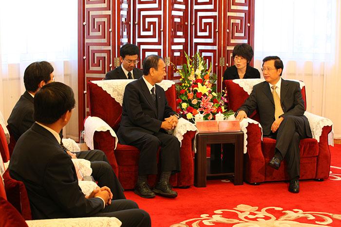 省委书记强卫在胜利宾馆会见日本必威西汉姆官网洋一郎(图2)